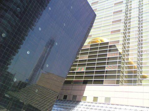 100425①吾妻橋アサヒビールビル壁に金の炎と共に写る影