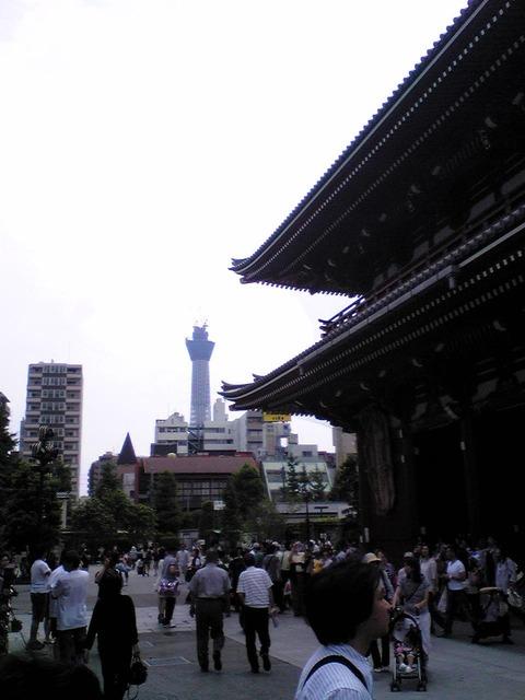 100613浅草寺宝蔵門から見えるスカイツリー