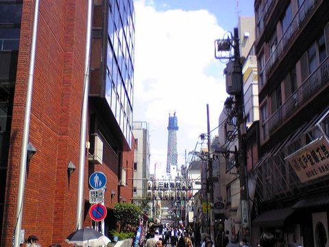 100515三社祭浅草公会堂横から見たスカイツリー①