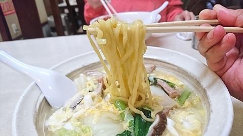 昇龍:⑩平打太麺を箸で摘まんで191212