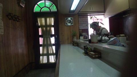 50BAN:店②カウンター席と入口110514