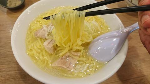 鳥良商店:③麺を箸で摘まんで171201