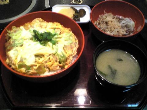 近江家:②かつ丼1000円椀子蕎麦付全景100226