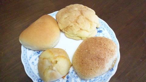 百乃苺:①パン四種360円全景121003