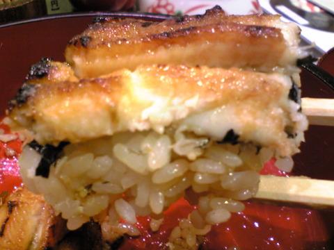 喜久鮨:⑥ふっくらした極上穴子丼を箸で101031