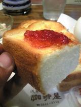 珈琲屋:?厚焼きトーストに苺ジャムを付けて100627