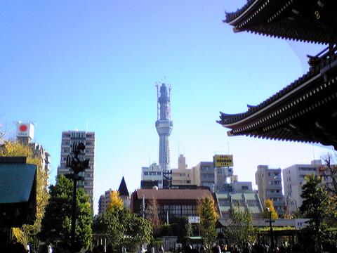 101204浅草寺宝蔵門前から見たスカイツリー