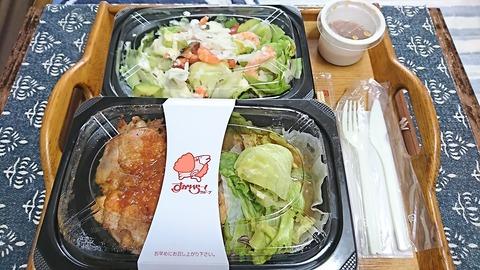 ガスト:①弁当とサラダ包装姿181013