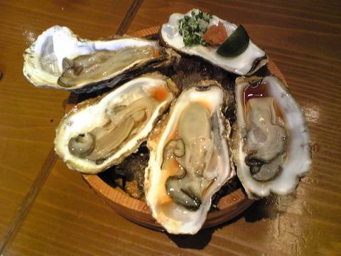 魚菜:①生牡蠣250円四個全景101107