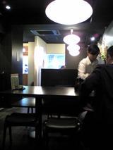手打蕎麦おざわ:店�壁際テーブル席081103.jpg