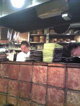 魚菜:店�カウンター内厨房の様子081116.jpg