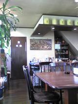 カフェ雲水:店�奥テーブル席から厨房横090429.jpg