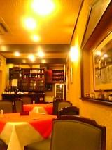 グリルグランド:店内�右側テーブル席とバー06-03-14