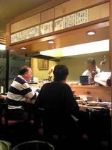 浅草江森:店�カウンター席と厨房のご主人081221