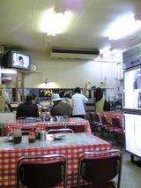 びっくり食堂:店�奥の厨房方向090404.jpg