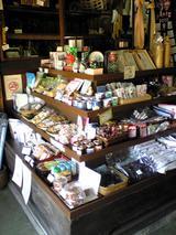 まち蔵藍:店�左手に並ぶ石岡名産の数々100221