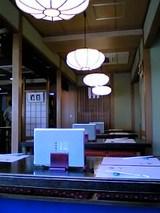 伊豆栄本店:店�店内�2階壁際小上がり席4卓06-04-01