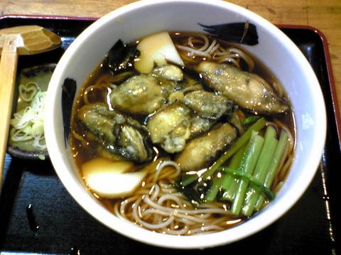 柏屋:�牡蠣そば750円巨大全景081019.jpg