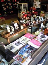 まち蔵藍:店�右手に並ぶ石岡工芸品とパンフ100221