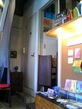 谷中ボッサ:店内�厨房入口06-01-28