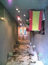 フレスカ:店�打ち水された長いエントランス070630.jpg