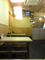 あかし庵:店?テーブル席と入口100223