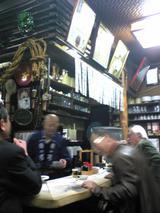 七福神岩手屋:店�師匠の話で盛上る常連達090116.jpg