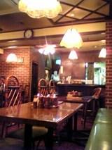 ペルソナ:店�入口右手のテーブル席と厨房06-08-22_18-21.jpg
