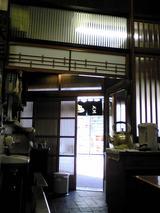 田甫大三:店�帳場横の出入口090411.jpg