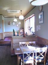 そば処楓:店�テーブル席と奥の小上がり100221