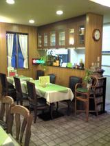 森樹:店�2階厨房と厨房前テーブル席100225
