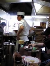 亀戸餃子本店:店�食べた皿を重ねる客070923.jpg