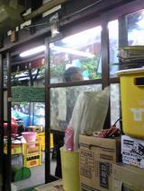芳野家:店�店先に立つご主人081116.jpg