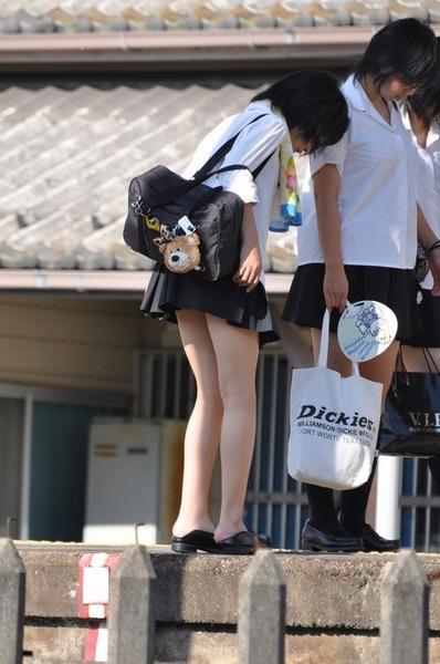 スカート短い通学中のJK04