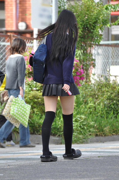 スカート短い通学中のJK02