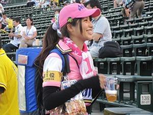 ビールの売り子可愛い子多いwww06