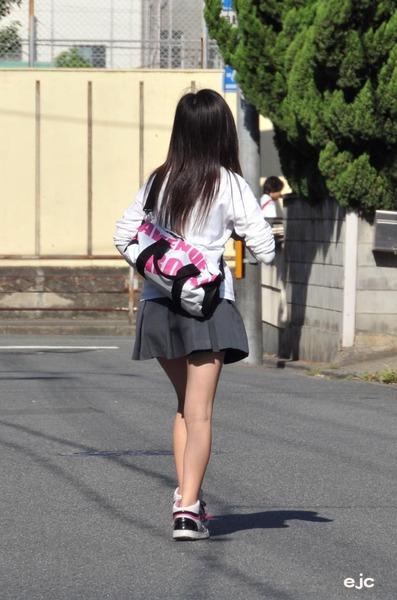 スカート短い通学中のJK17