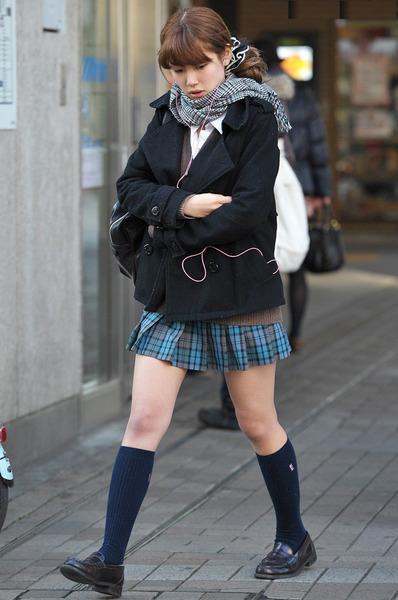 スカート短い通学中のJK16