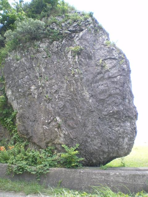 オカムイ岩と並ぶ巨石「立石」