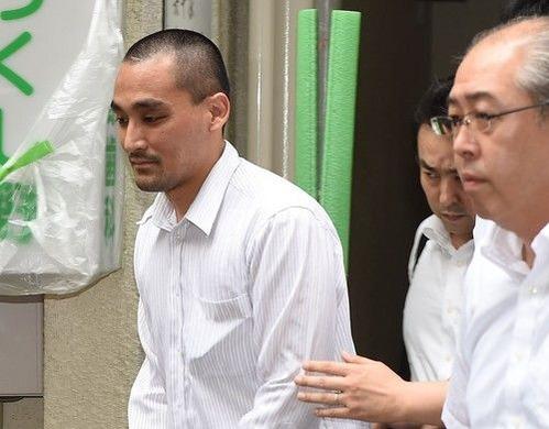 松崎容疑者ベネッセ個人情報流出 捜査員に任意同行を求められる松崎容疑者(左) ◆ベネッセ個人情報