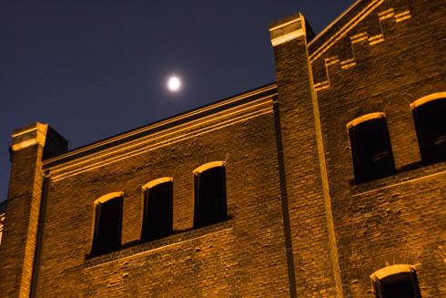 赤れんが倉庫と月