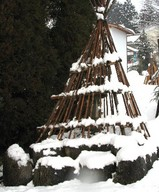 石像の雪囲い