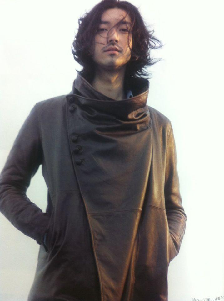 個性的なコートが印象的な金子ノブアキ