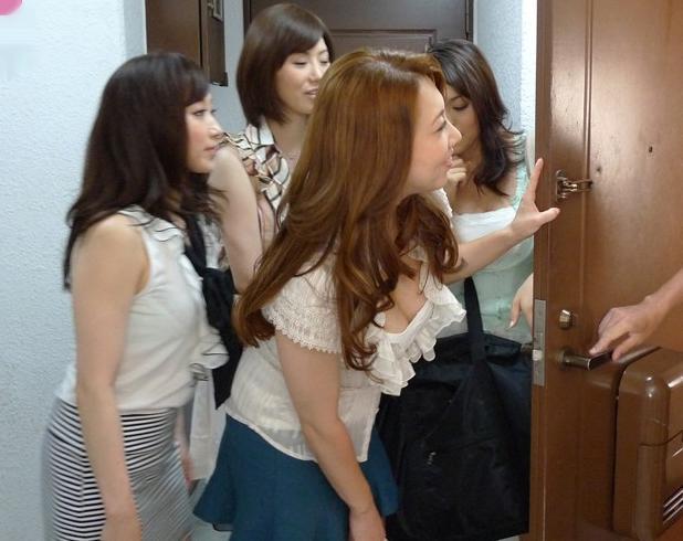 美熟女セクシーアイドル達がファンの自宅に出張してローションマットでぬるぬる逆34P乱交ハーレム