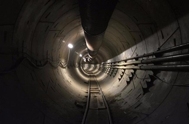 イーロン・マスクがLAの地下トンネルを初公開。安く短時間で掘削するプロジェクトらしい。