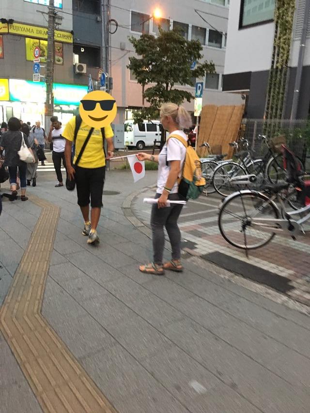 秋葉原にエウリアンに続く詐欺人現る。今度は美人白人女性が日本国旗を配布→金を請求!
