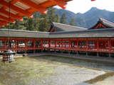 厳島神社境内