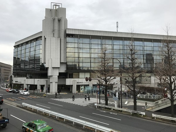 1200px-Shinanomachi-Station-building2018-min