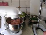ジューサー(右)で野菜を搾って、でっかいミキサー(左)でアンを練ります!