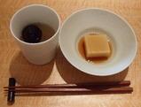 「焼梅湯」(左)と「筍のお豆腐」(右)